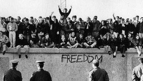 Berlin Duvarı'nın yıkılışı Google anasayfasında Doodle oldu