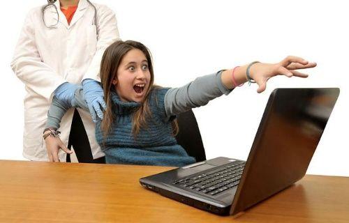 İnternet bağımlılığından kurtulmak için elini bileğinden kesti!